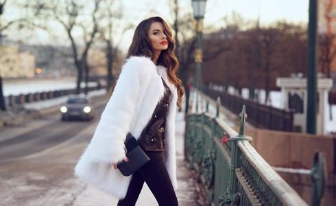 Bílé a huňaté kabátky na zimu