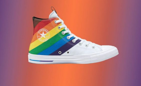 Značka Converse oslavila Pride duhovými teniskami
