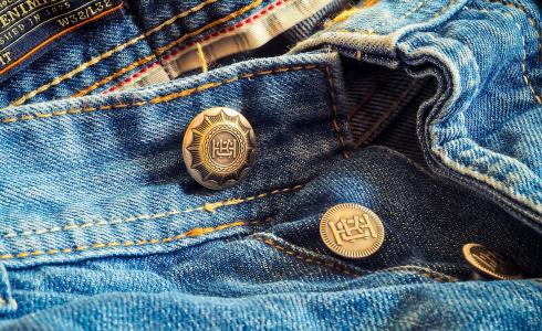 Skinny džínám odzvonilo. V kurzu jsou teď retro střihy
