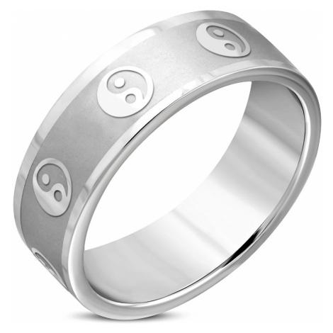 Širší prsten z chirurgické oceli - symbol jin a jang, matný pás, lesklé hrany, 8 mm Šperky eshop
