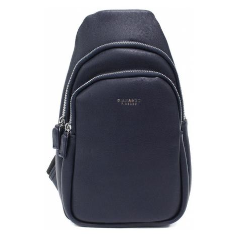Tmavě modrý sportovní batoh přes tělo Destan Mahel