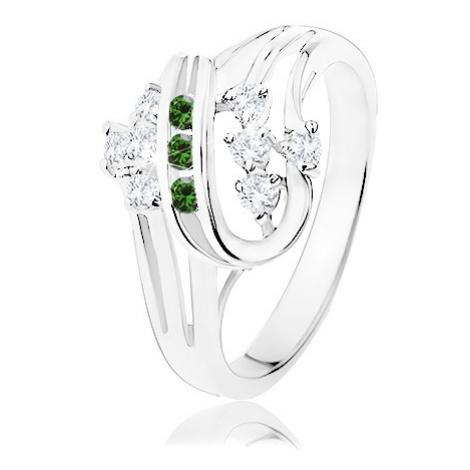 Prsten stříbrné barvy, zatočené linie zdobené čirými a zelenými zirkony