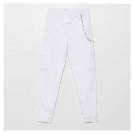 Cropp - Kalhoty joggers s ozdobným řetízkem - Bílá