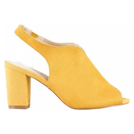 žluté sandálky na sloupku BASIC