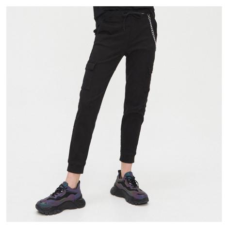 Cropp - Kalhoty cargo joggers s ozdobným řetízkem - Černý