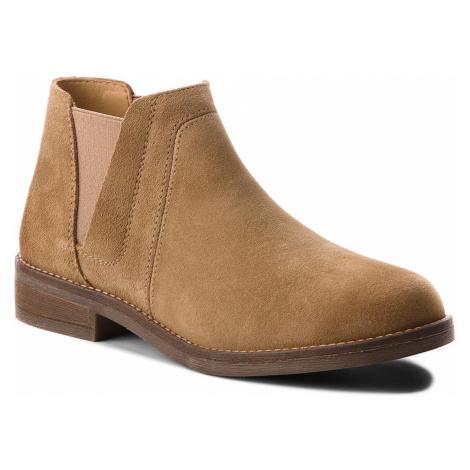Kotníková obuv s elastickým prvkem CLARKS - Demi Beat 261353604 Sand Suede