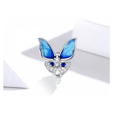 Třpytivý stříbrný přívěsek ve tvaru jemného motýlu