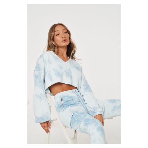 Světle modrá batikovaná crop top mikina SWEATER NECK V BADGE RUBBER The Couture Club