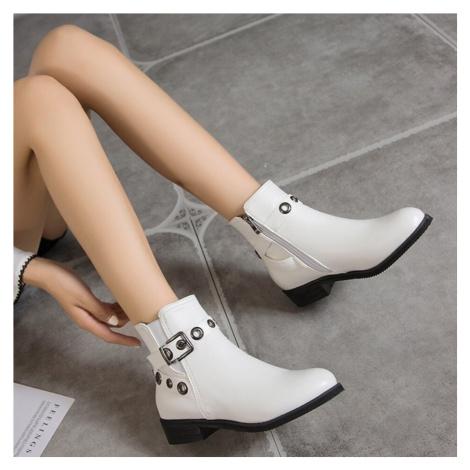 Kožené kotníkové boty s páskem a kovovými kroužky
