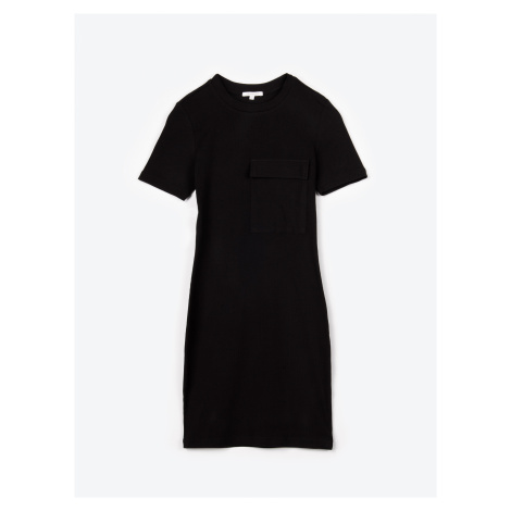 GATE Jednobarevné popnuté šaty s velkou náprsní kapsou