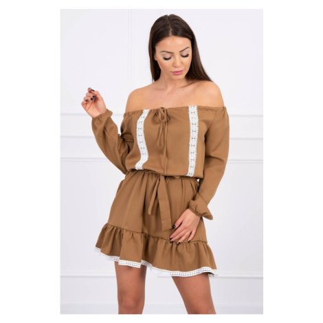 Off-the-shoulder dress and lace camel Kesi