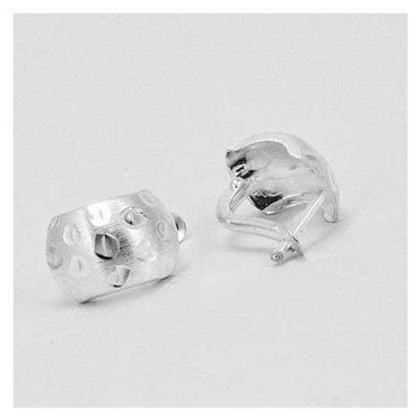 Stříbrné náušnice půlkroužky s jemnou rytinou VKP0238