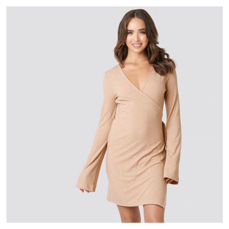 Žebrované růžové zavinovací šaty NA-KD