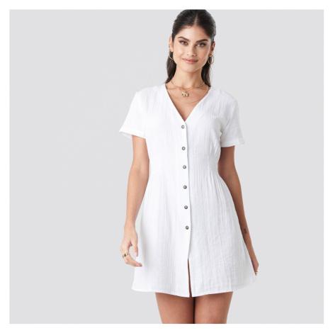 Bílé šaty s knoflíky NA-KD