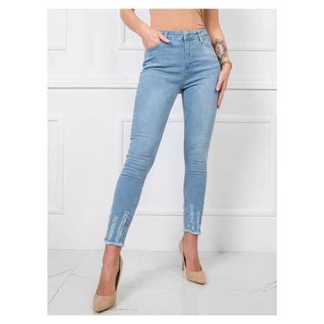 Modré roztrhané džíny na nohou FPrice