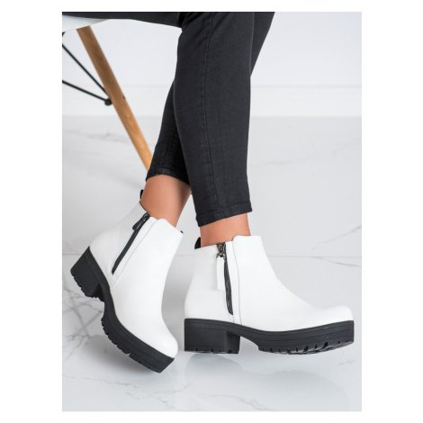 CLOWSE COMFORTABLE BOOTIES ON THE PLATFORM