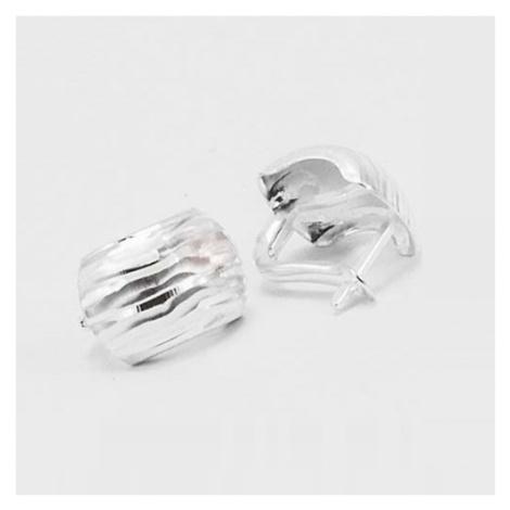 Stříbrné náušnice půlkroužky s jemnou rytinou VKP0008