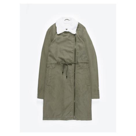 GATE Dlouhá bunda s asymetrickým zipem a plyšovými detaily