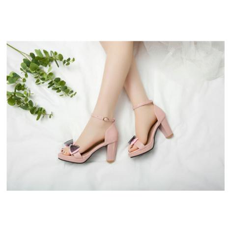 Lesklé společenské sandály růžové s mašlí na podpatku plná pata