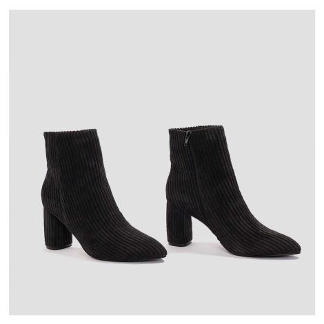 Kotníkové boty na podpatku: černá NA-KD