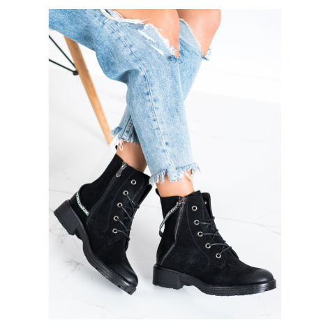 ANKLE BOOTS WITH A DECORATIVE VINCEZA STRAP