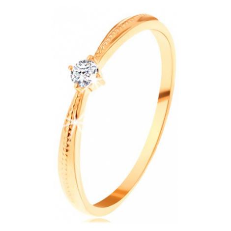 Zásnubní prsten ve žlutém 14K zlatě - kulatý čirý zirkon, vroubky na ramenech Šperky eshop
