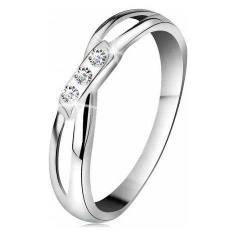 Zlatý 14K prsten - tři kulaté diamanty čiré barvy, rozdělená ramena, bílé zlato Šperky eshop