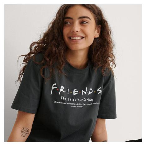 Tmavé tričko FRIENDS NA-KD