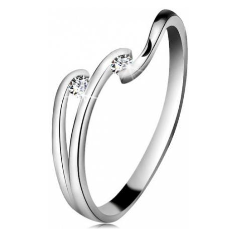 Diamantový prsten z bílého 14K zlata - dva blýskavé čiré brilianty, lesklé linie ramen Šperky eshop