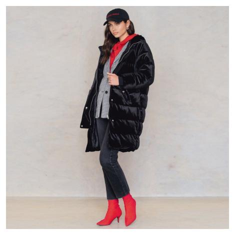 Černá sametová dlouhá bunda NA-KD