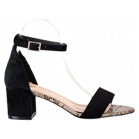 černé sandálky na sloupku Sergio Leone