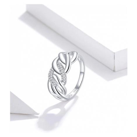 Masivní prsten se vzorem řetězu s propletením a zirkony