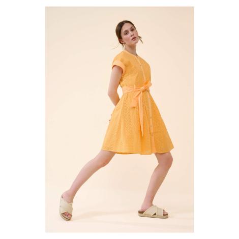 Ažurové šaty s opaskem Orsay