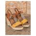 Pěkné zlaté dámské  sandály na klínku