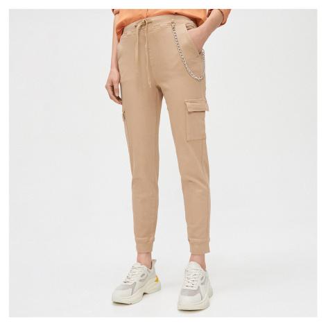 Cropp - Kalhoty cargo joggers s ozdobným řetízkem - Béžová