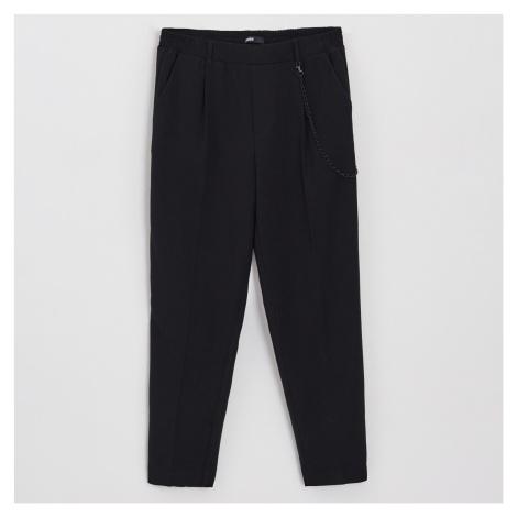 Cropp - Kalhoty s ozdobným řetízkem - Černý