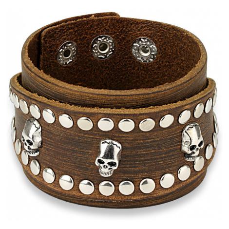 Kožený náramek v hnědé barvě - široký pás okovaný lebkami a kulatými nýty Šperky eshop